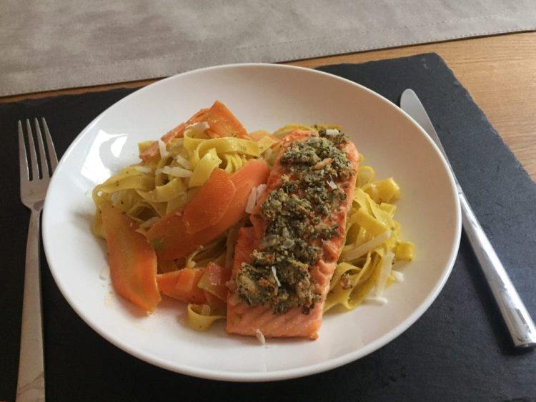 Lachs mit Karottentagliatelle